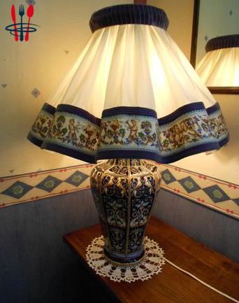 Oeuvre d'art : lampe en Gien Renaissance fond bleu nuit
